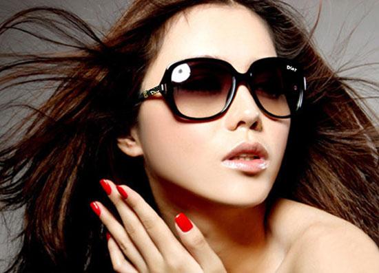 chọn mắt kính sành điệu ngày hè cho bạn gái thêm rạng ngời