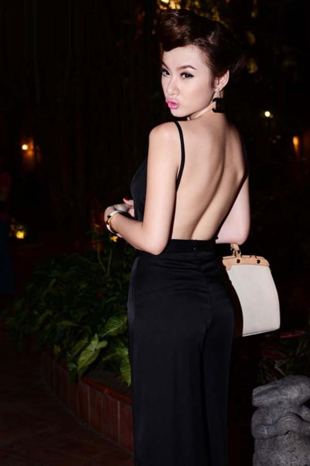 Ngắm nhìn những mẫu áo khoe lưng táo bạo của Angela - Phương Trinh 1