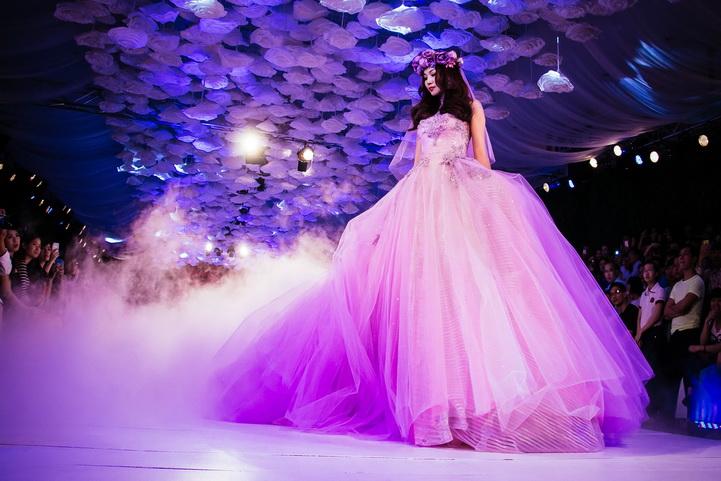 Cô dâu đẹp quyến rũ với váy cưới màu tím 6