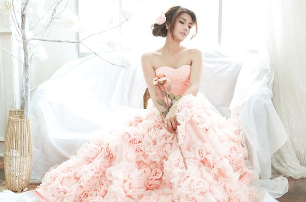 Cô dâu lộng lẫy và nổi bật với váy cưới màu hồng 1