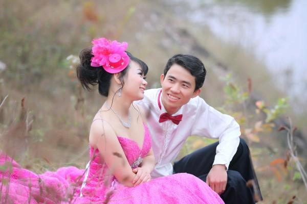 Cô dâu lộng lẫy và nổi bật với váy cưới màu hồng