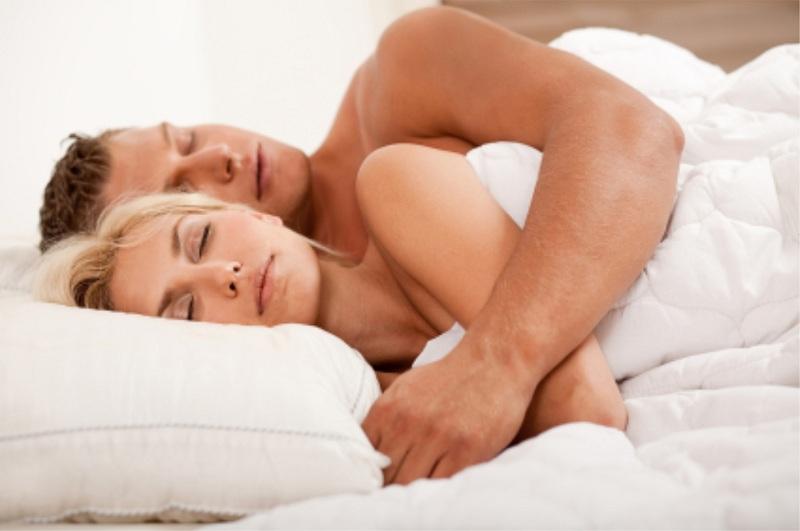 Hơn 95% đàn ông chung tình nếu có thói quen ôm vợ khi ngủ 1