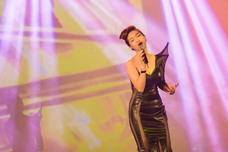 Ngắm nhìn vẻ đẹp cổ điển đan xen hiện đại của ca sĩ Đinh Hương 8
