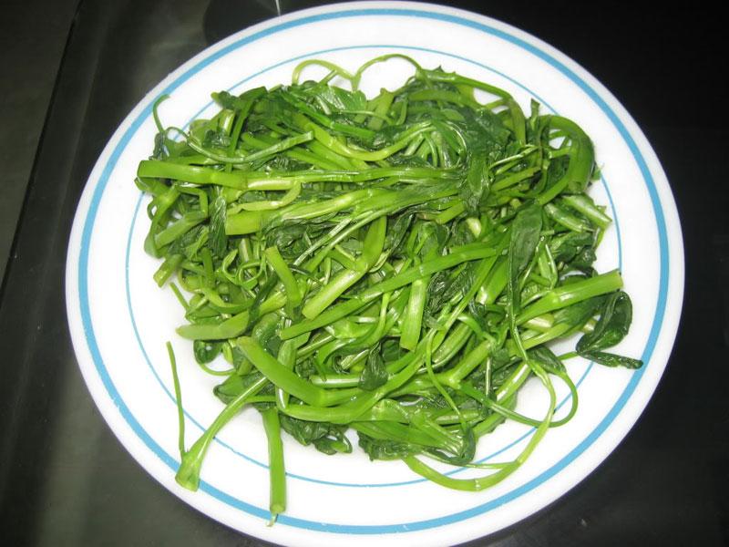 Giúp bạn luộc rau muống xanh và không bị thâm đen 3
