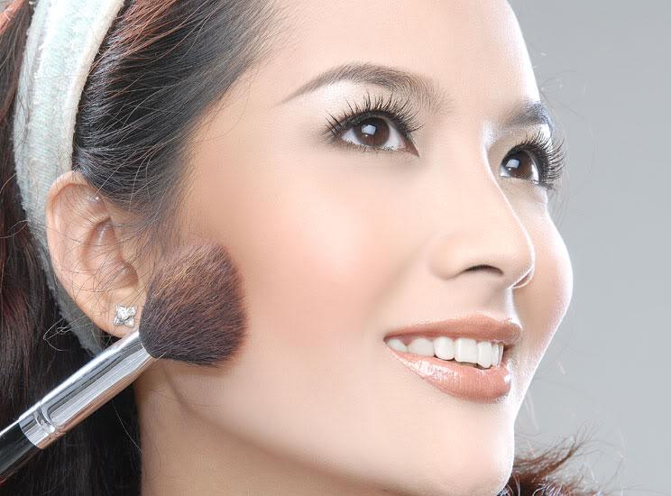 Mẹo vặt trang điểm giúp bạn sở hữu khuôn mặt rặng rỡ trong ngày mưa 3