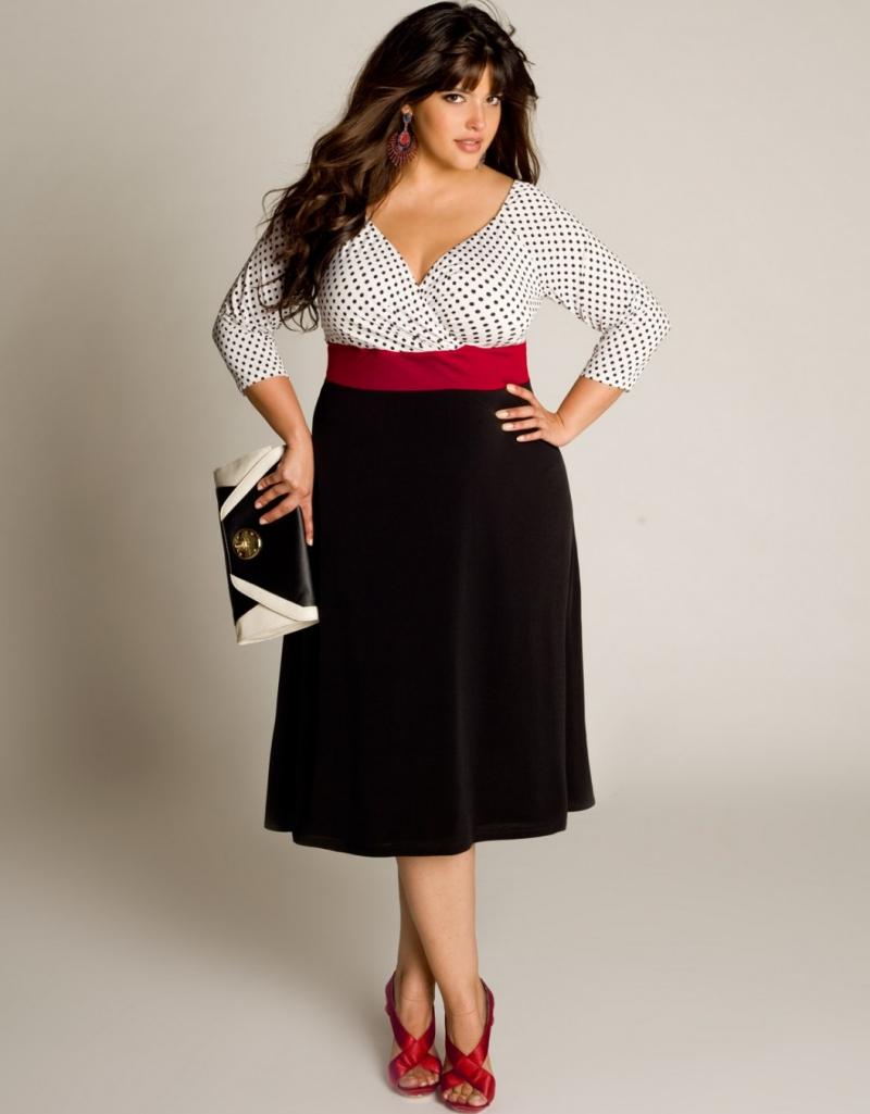 """Vóc dáng ảnh hưởng rất nhiều đến thói quen ăn mặc, nhưng các nàng béo cần phải cẩn trọng hơn cả những người khác, bởi có những điểm nhỏ bạn không để ý, nhưng lại khiến gu thời trang của bạn bị một lổ hổng to tướng . Những lỗi thời trang mà các nàng béo thường mắc phải có thể kể đến như:  Thích gì mặc nấy   Với vóc dáng của mình, các nàng béo thật sự cần phải thận trọng trong việc chọn trang phục, bởi không phải món đồ nào cũng phù hợp với vóc dáng của bạn. Nếu như bạn thật sư không để tâm đến vóc dáng của mình, hoặc tâm lý sao cũng được thì những trang phục hợp mốt chỉ càng """"tô điểm"""" ngược mà thôi.  Hãy kiểm tra lại tủ đồ một lần, với những trang phục có họa tiết sọc hay họa tiết quá nhiều, việc bạn cần làm là loại chúng ngay lập tức. Bên cạnh đó, bạn cũng không cần phải e ngại những trang phục như quần short hay sơ mi, bởi những trang phục này sẽ giúp bạn trở nên trẻ trung và sành điệu hơn. Chạy theo mốt   Với các nàng béo, việc chạy theo mốt là một sai lầm, bởi những xu hướng thời trang mới nhất thật sự không phù hợp cho bạn, mà phần lớn lại dành cho những người có thân hình thon gọn. Thế nên thay vì chạy theo xu hướngl bạn có thể thay đổi phong cách bằng việc chọn những trang phục hợp với vóc dáng hơn.    Tự ti với thân hình   Với các nàng béo, trở ngại lớn nhất chính là bạn quá tự ti với thân hình của mình. Cho dù thân hình quá khổ thật sự là chướng ngại, tuy nhiên việc bạn quá quan tâm đến điều này chỉ làm gu thời trang của bạn tệ hơn. Bên cạnh đó, cũng đừng nên lúc nào cũng chỉ dùng một size nhất định khi đi mua sắm, bởi mỗi hãng trang phục khác nhau sẽ có kích cỡ thời trang khác nhau. Thế nên có thể với hãng này món hàng phù hợp với bạn, nhưng hãng khác lại lại quá chật hoặc quá rộng. Thay vào đó, bạn có thể tự chọn trang phục phù hợp cho mình nhất. Chỉ mua hàng qua mạng   Những món hàng qua mạng có thể rất đẹp, nhưng lại không phù hợp với vóc dáng của bạn. Thế nên nếu như bạn có thói quen mua hàng qua mạng thì nên bỏ qua ngay lập tức. Thay vào đó, hãy tự đến"""