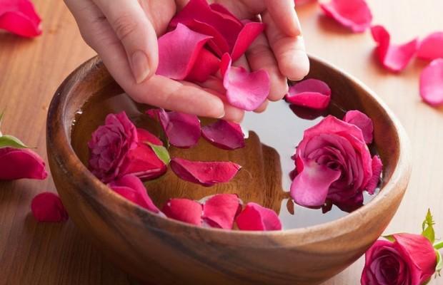 Cách giúp da trắng hồng đẹp tự nhiên với tinh chất hoa hồng