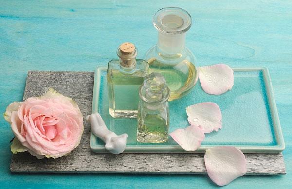 Cách giúp da trắng hồng đẹp tự nhiên với tinh chất hoa hồng 2