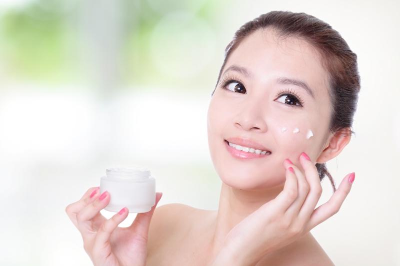 Bạn có thể sử dụng kem dưỡng ẩm không dầu.