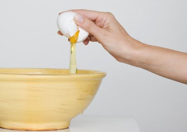 Mẹo làm đẹp đơn giản dễ làm với mặt nạ trứng gà2