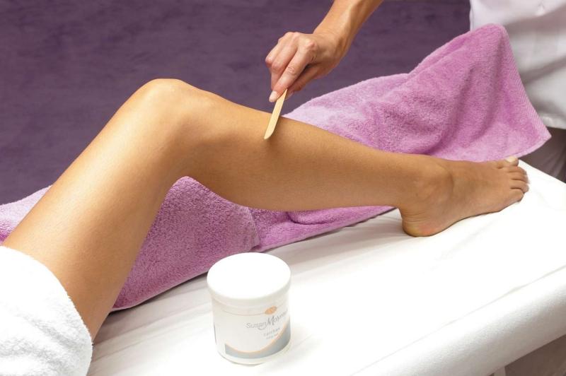 Khi giật sáp bạn nên cẩn thận, tránh làm tổn thương da.