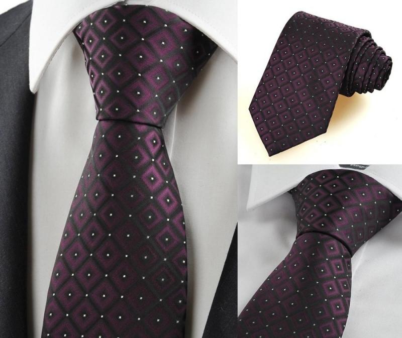 Một chiếc cà vạt đúng chất sẽ tô điểm thêm cho chàng.