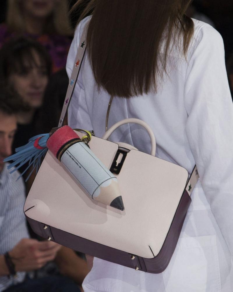 Một chiếc túi xinh xắn là phụ kiện không thể thiếu của các nàng.