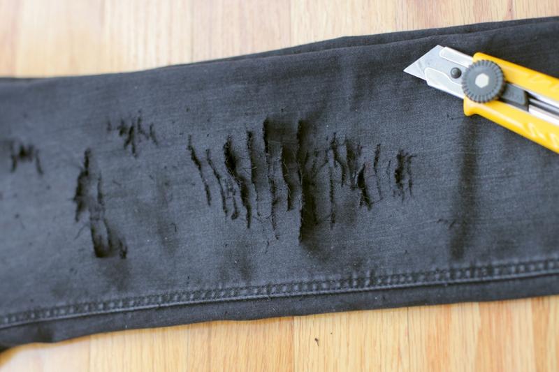 Dùng nước lạnh kèm muối giặt sẽ giúp jeans bớt bay màu.