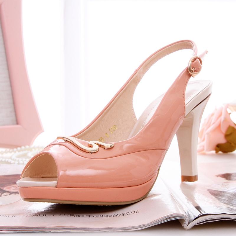 Giày cao gót giúp nàng công sở tự tin hơn.