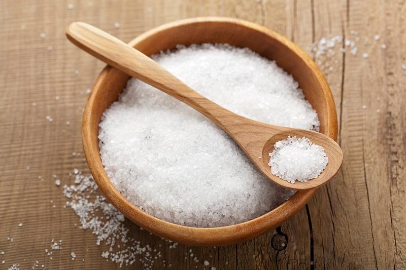 Giảm thiểu lượng muối nạp vào cơ thể qua thức ăn sẽ giúp bạn ngăn không cho mỡ thừa tích tụ