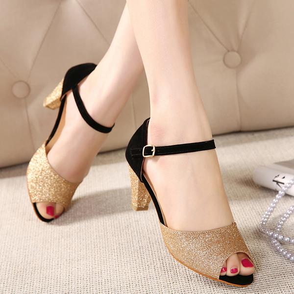 Cách phối đồ phù hợp cho những cô nàng yêu giày ánh kim 7