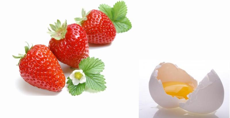 Hỗn hợp trứng và dâu tươi giảm thâm nám rất hiệu quả.