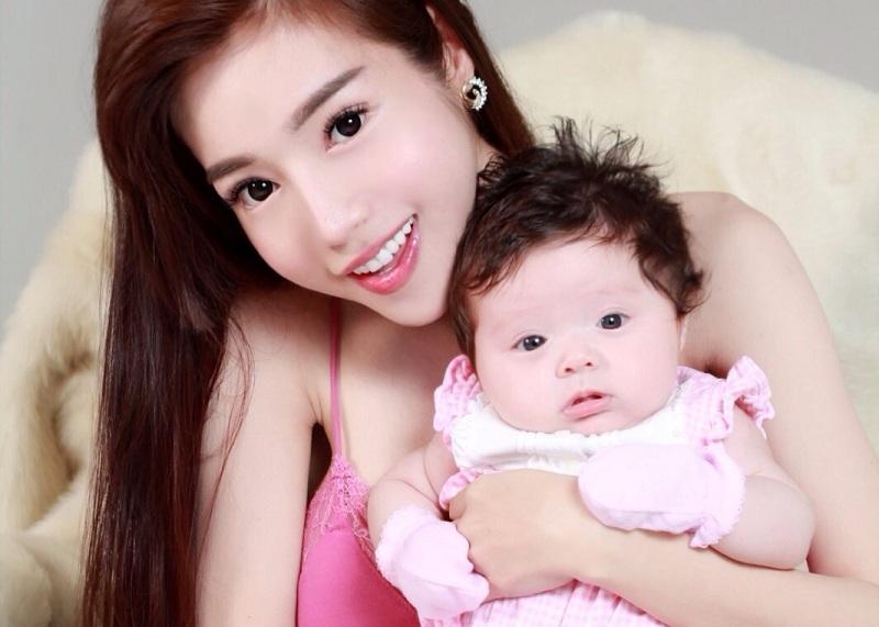Ngắm những bà mẹ đơn thân xinh đẹp giỏi giang của Showbiz Việt 2