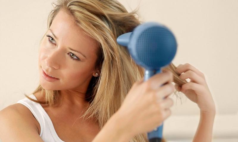 Máy sấy sẽ làm tóc dễ hư tổn hơn.