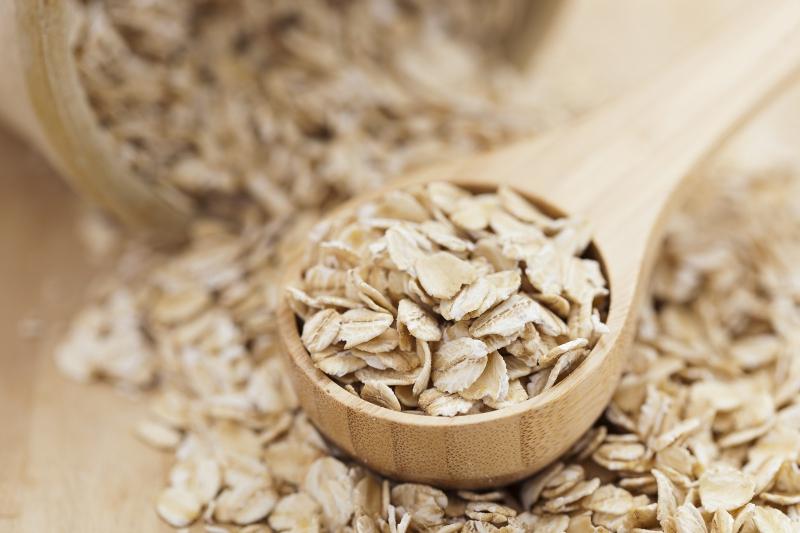 Dùng bột yến mạch sẽ giúp da mềm mịn hơn.