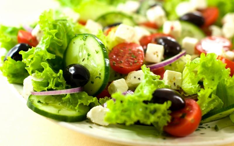 Sốt trong salad cũng có thể gây tăng cân.