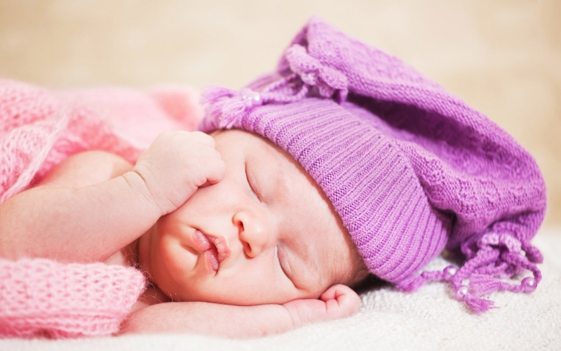 Để trẻ ngủ ngon trong ngày hè cần rất nhiều cố gắng của người mẹ.