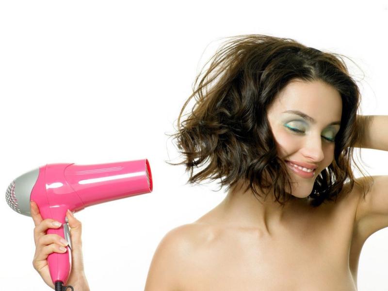 Sấy tóc quá nóng sẽ gây hại đến tóc bạn.