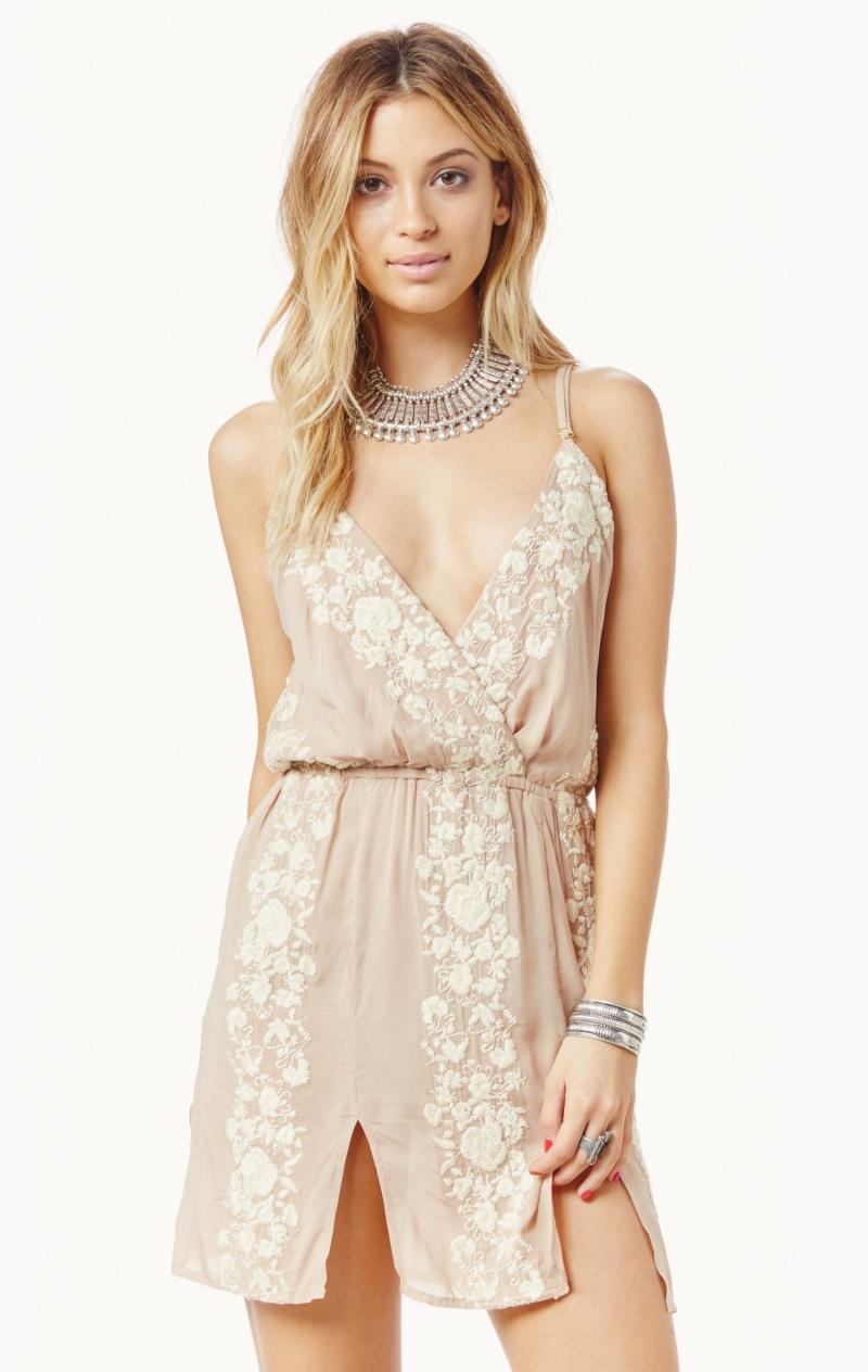 Slip dress nhẹ nhàng mà tinh tế.