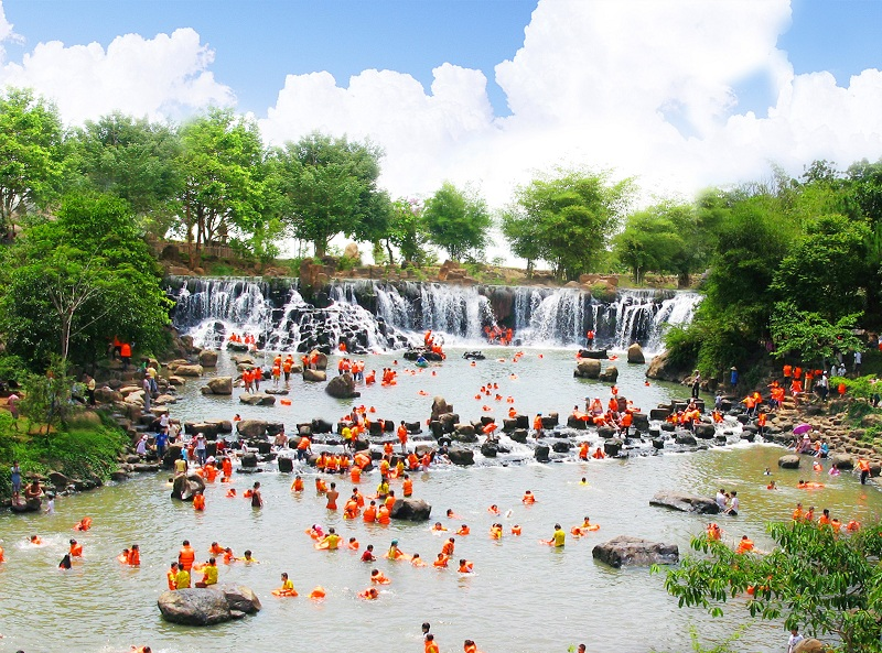 Nhiều người lựa chọn vui chơi tại các khu du lịch ven Sài Gòn