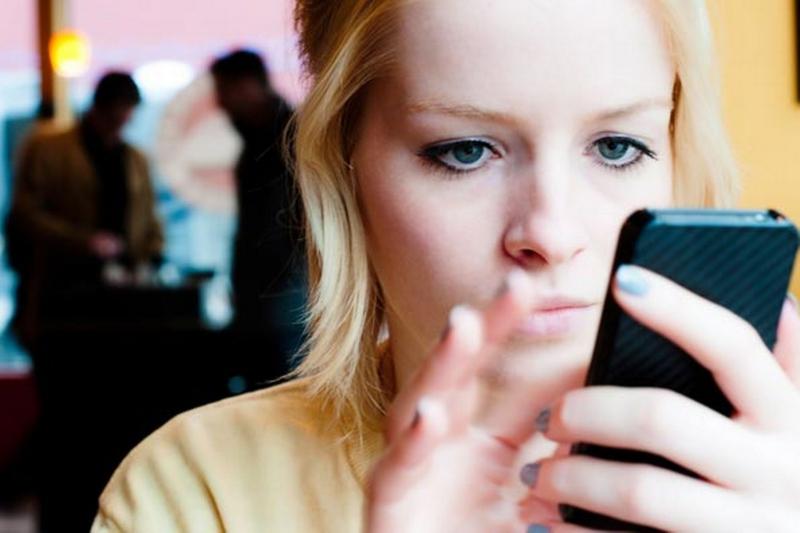 Luôn ôm điện thoại sẽ khiến da bạn bị ảnh hưởng.