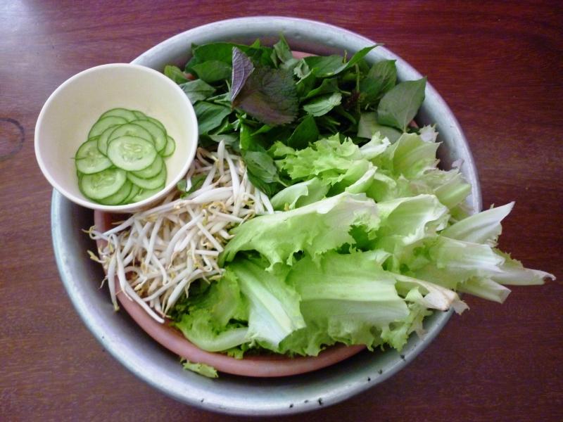 Bạn cũng nên tăng cường rau sống trong bữa ăn.