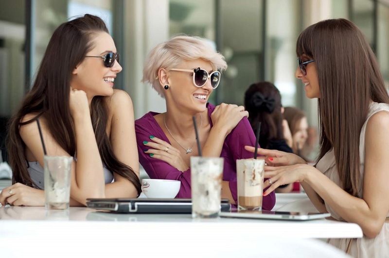 Trò chuyện trong khi ăn uống để ăn ít hơn, giảm cân hiệu quả hơn