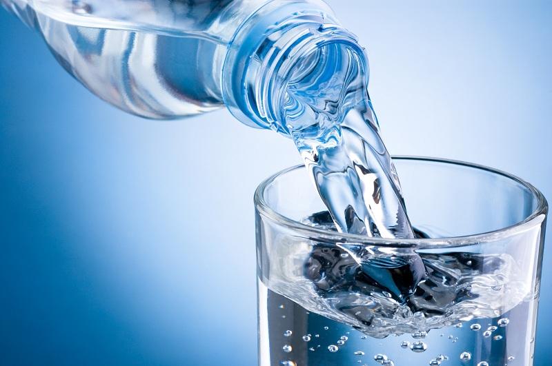 Uống thêm nước lọc để hạn chế cơn say