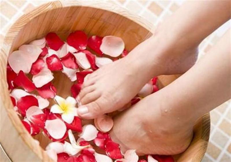 Chăm sóc da tay và da chân cũng có vai trò rất quan trọng.