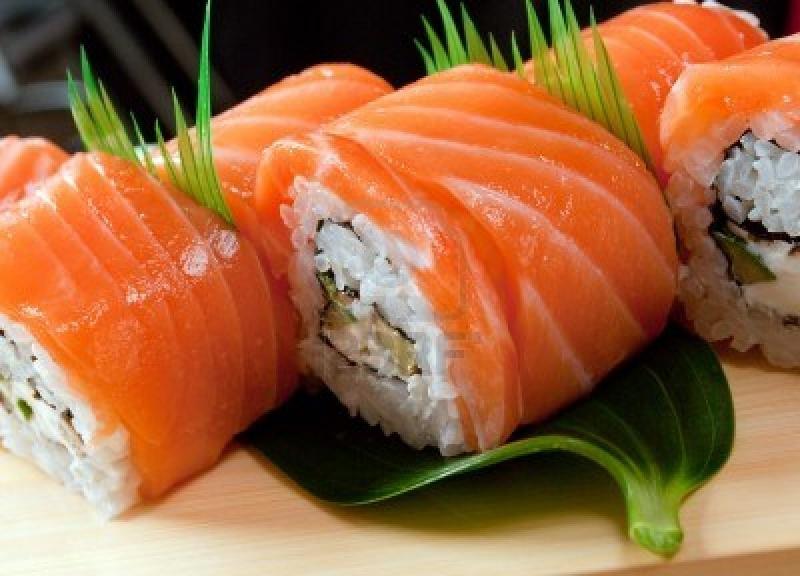 Cơm nắm cá hồi là món ăn phổ biến.
