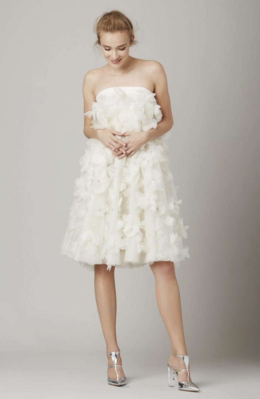 Váy cưới nắng cũng được ưa chuộng.