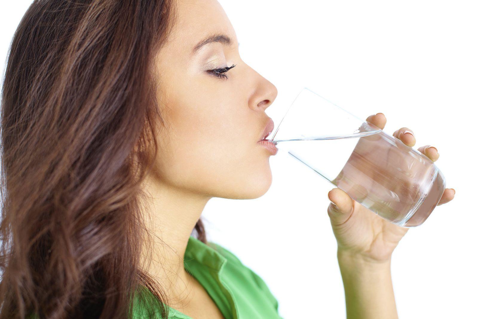Khi cay, chúng ta thường chọn cách uống nước.