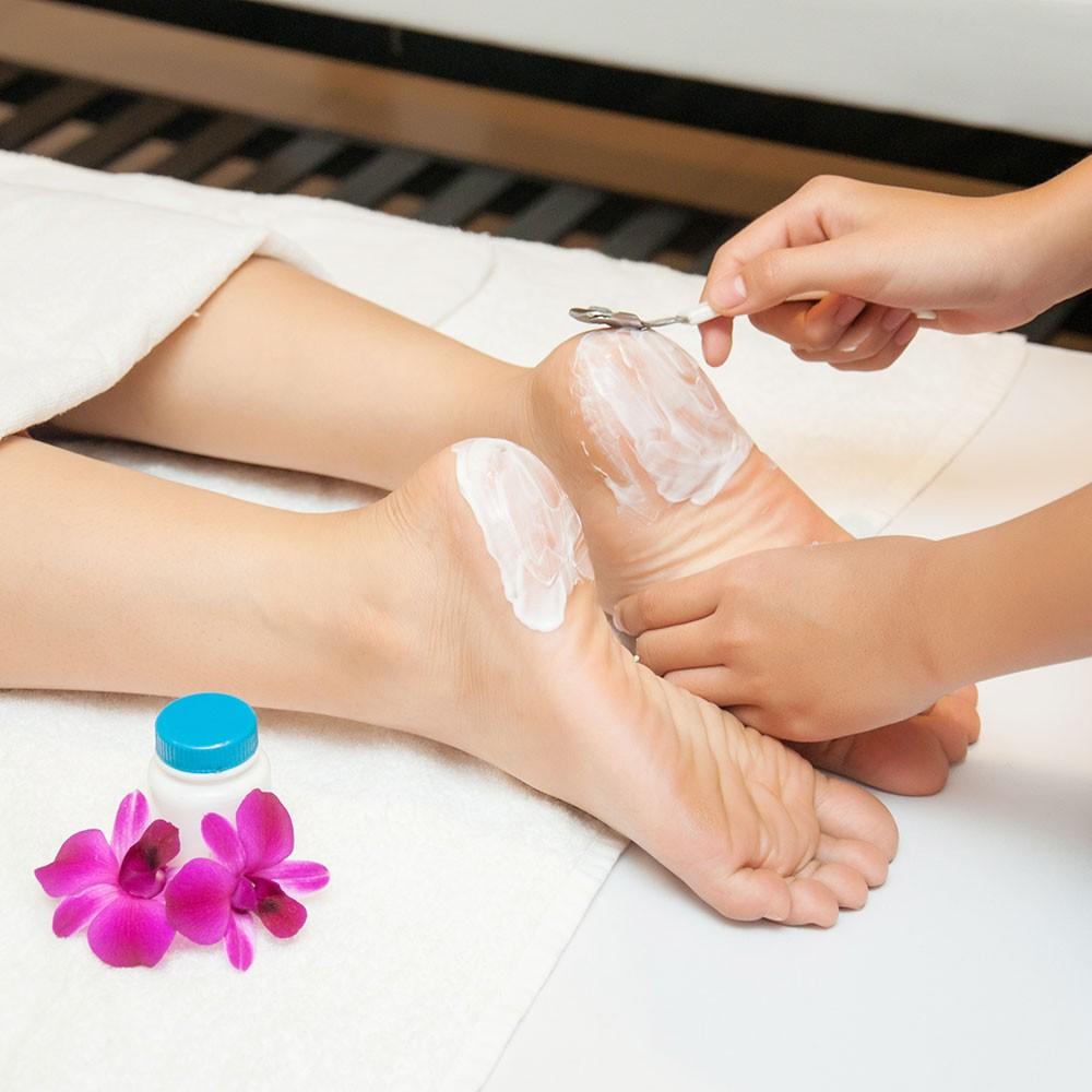 Thường xuyên chăm sóc gót chân sẽ giúp gót bạn hồng hơn.