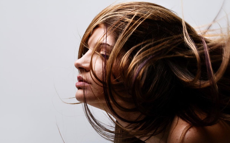 Thường xuyên cắt tóc sẽ giúp tóc bạn tránh xơ ở phần đuôi.