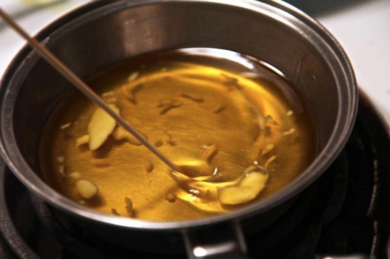 Son dưỡng môi có thành phần chính là dầu dừa.