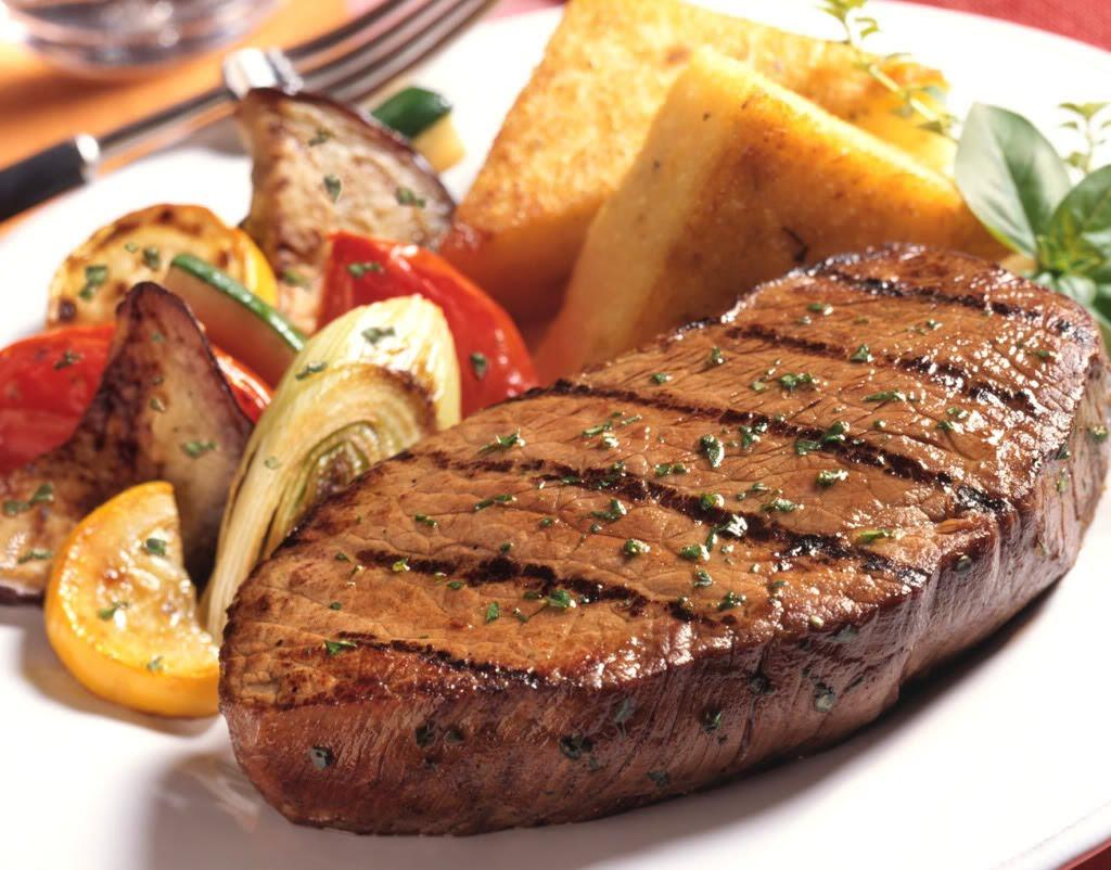 Bít tết bò là 1 trong những món ăn được trẻ yêu thích.