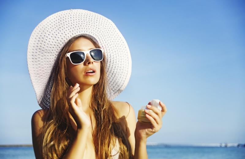 Dùng kem chống nắng sẽ hạn chế lão hóa.