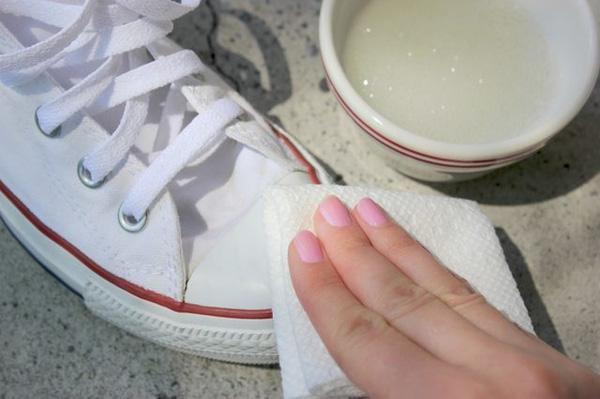 Mẹo đơn giản giúp tẩy vết bẩn trên giày vải trắng2